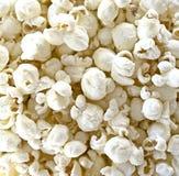 Ljus luft poppade vitt popcorn för cheddarost royaltyfria bilder