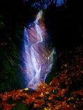 Ljus målning i nattvattenfall Vit vattenfall på bergström Suddigt skummande vatten Royaltyfri Bild