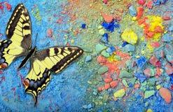 Ljus mångfärgad fjäril på en färgrik pastellfärgad bakgrund Ordet FÄRG på kulöra räknare i skarp fokus mot gråa suddiga bokstäver arkivfoto
