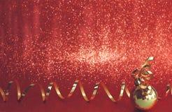 ljus magisk red för bakgrundsjul nytt år för garnering Guld- boll och r royaltyfri fotografi