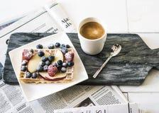 Ljus Minimalistic frukost som fullständigt fotograferas och royaltyfria bilder