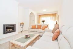 Ljus modern vardagsrum med en spis för att värma. fotografering för bildbyråer