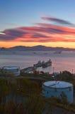 Ljus morgon över Rosneft den olje- terminalen Nakhodka fjärd Östligt (Japan) hav 19 09 2014 fotografering för bildbyråer