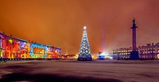 Ljus-musikal show på Dvortsovaya slottfyrkant St Petersbur royaltyfria foton
