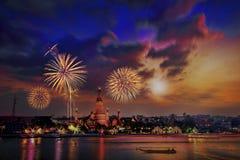 Ljus natt på Wat Arun Thailand Arkivfoton