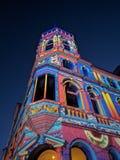 Ljus nattbyggnad Arkivfoton
