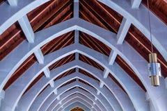 Ljus och bågar under det kyrkliga taket Arkivfoto