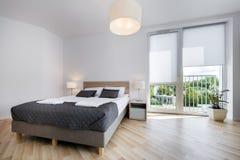 Ljus och bekväm sovruminredesign Arkivfoto
