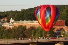 Ljus och färgrik ballong för varm luft under festival Arkivfoton