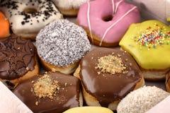 Ljus och färgrik donutsnärbild i en ask Royaltyfria Foton
