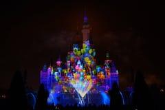 Ljus- och fyrverkerishow i Shanghai disneyland royaltyfri fotografi