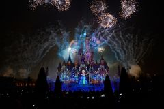 Ljus- och fyrverkerishow i Shanghai disneyland arkivfoto