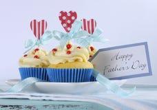 Ljus och glad röd vit för lycklig faderdag och blått dekorerade muffin med hjärtatoppers och gåvaetiketten Arkivbild
