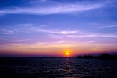 Ljus och härlig solnedgång för kontur Arkivfoton