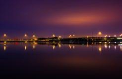 Ljus och huvudvägar som reflekterar i Potomacet River på natten, se Royaltyfria Foton