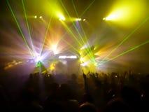 Ljus och laser i en klubba Royaltyfri Bild