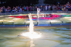 Ljus och musikalisk springbrunn på natten i handling i Pyatigorsk Arkivfoto