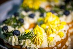 Ljus och ny kaka Förädlad efterrätt som göras från maräng som överträffas med mager piskad kräm, mintkaramellsidor och jordgubbar arkivbilder