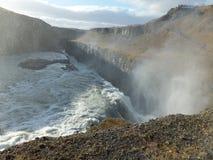 Ljus och skugga i misten som stiger ovanför den Gullfoss vattenfallet i Island arkivbild