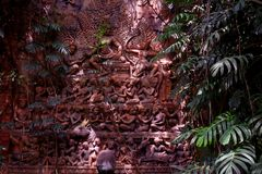Ljus och skugga på den Asien skulpturen Arkivbilder