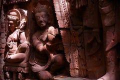 Ljus och skugga på den Asien skulpturen Arkivfoton
