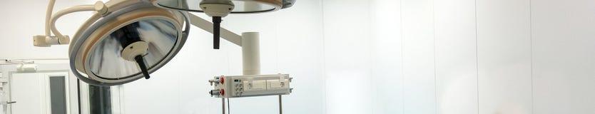 Ljus och utrustning i fungerande rummet av sjukhuset Långt baner för medicinsk temadesign kopiera avstånd Vit bakgrund royaltyfri fotografi