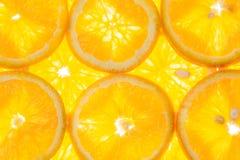 Ljus orange bakgrund av skivor av saftiga apelsiner Arkivfoto