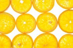 Ljus orange bakgrund av skivor av saftiga apelsiner Royaltyfria Bilder