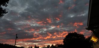 Ljus orange solnedgång Fotografering för Bildbyråer