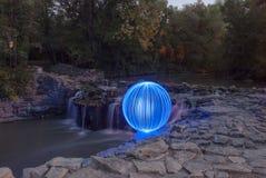 Ljus Orb som förbiser vattenfallen arkivbilder