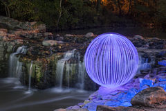 Ljus Orb som förbiser vattenfallen arkivbild