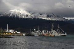 Ljus på hamnen av Ushuaia Arkivfoton