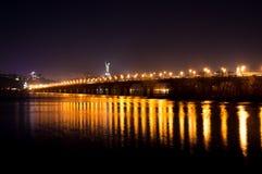 Ljus på Kiev'sens bro på natten Fotografering för Bildbyråer