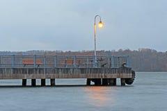 Ljus på pir: Hamilton Harbour på pir 4 parkerar Royaltyfria Bilder