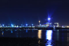 ljus på sjösidastaden Royaltyfria Bilder