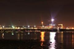 ljus på sjösidastaden Arkivfoto