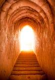 Ljus på slutet av tunnelen i slott Arkivbild