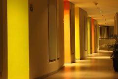 Ljus på väggen framme av det moderna hotellet royaltyfri bild