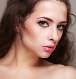 Ljus perfekt kvinnlig makeup med långa snärtar Arkivfoton
