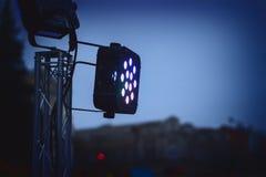 Ljus plats för strålkastare strålkastare i mörkret Arkivbild