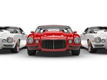 Ljus röd härlig tappningamerikanare - ställningar ut ur linjen av vita bilar royaltyfri illustrationer