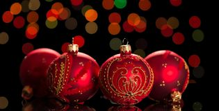 Ljus röd jul klumpa ihop sig med modeller på skimrande bakgrund royaltyfri foto