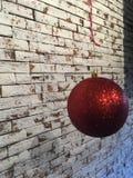 Ljus röd julbollhängning Fotografering för Bildbyråer