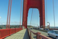 Ljus röd kolonn av Golden gate bridge royaltyfri foto