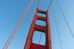 Ljus röd kolonn av Golden gate bridge arkivbild