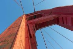 Ljus röd kolonn av Golden gate bridge arkivfoto