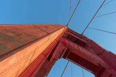 Ljus röd kolonn av Golden gate bridge arkivbilder