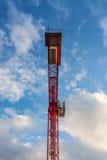 Ljus röd konstruktion Crane Metal Frame Blue Sky nedanför Perspec Arkivfoto
