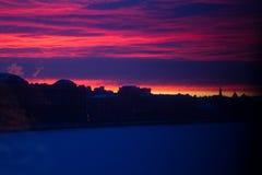 Ljus röd solnedgång i St Petersburg Royaltyfria Bilder