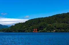 Ljus röd Torii port på Ashi sjön royaltyfria bilder